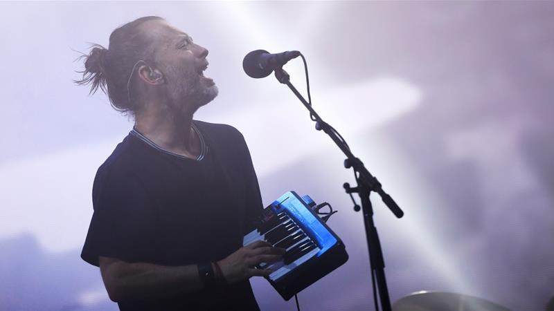 Radiohead mengadakan pertunjukan di Panggung Pyramid di Worthy Farm, Somerset selama Festival Glastonbury di Inggris pada 23 Juni 2017 (Reuters/Dylan Martinez)