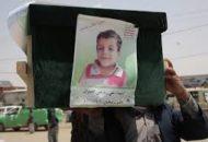 Foto dan peti jenazah salah satu anak Yaman yang dibom Saudi dengan bom buatan AS.
