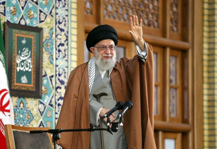 ayatullah khamenei melambai