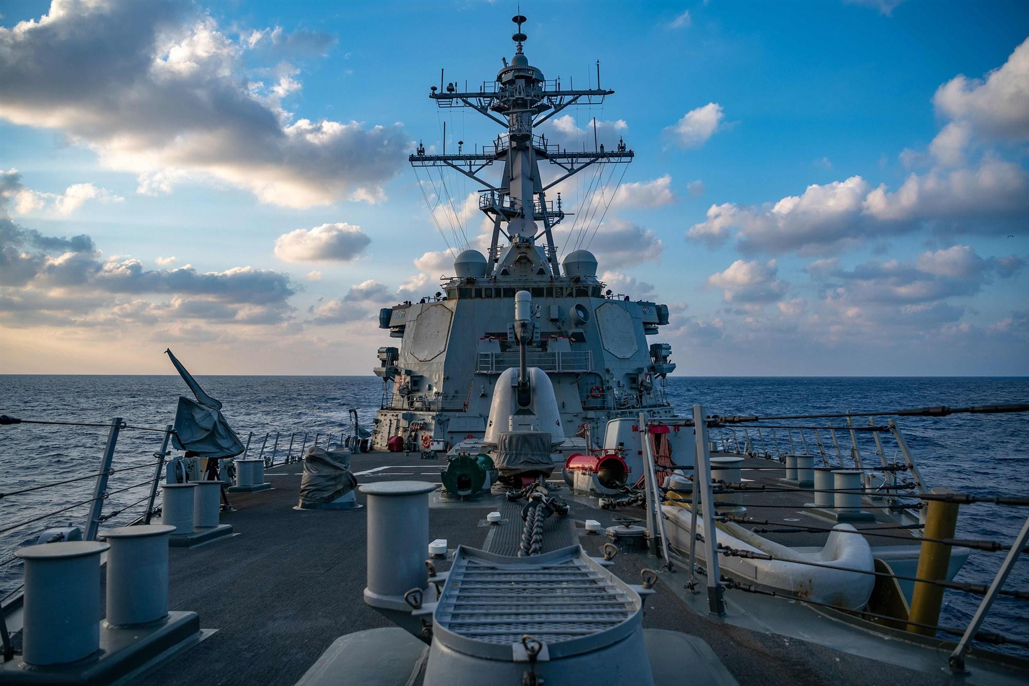 Penghancur rudal berpemandu Arleigh-Burke, USS Barry (DDG 52) beroperasi di Laut Cina Selatan (April 2020).