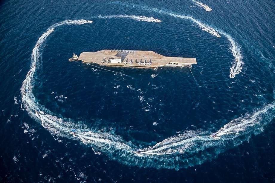 pengepungan kapal induk tiruan