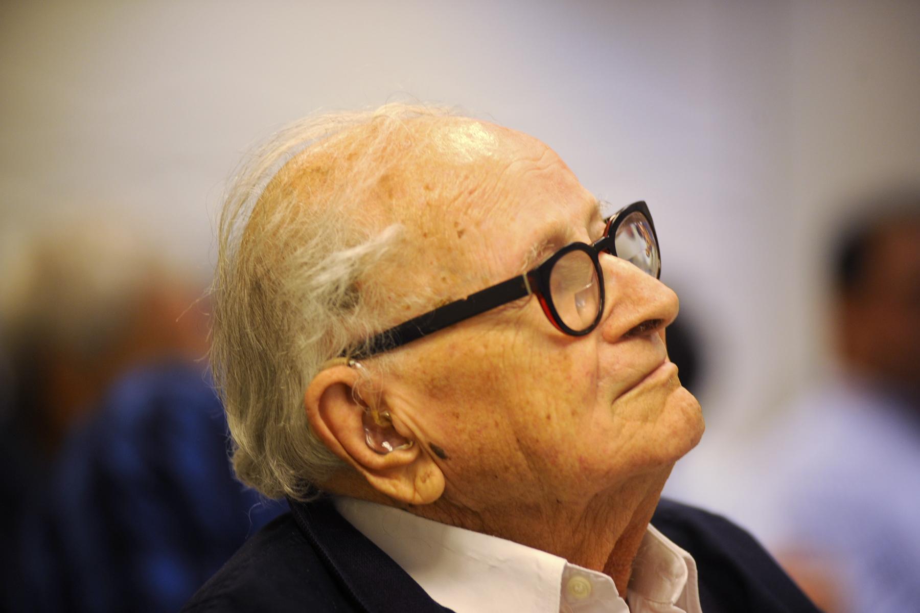 Mantan kepala mata-mata Mossad Rafi Eitan, 90, dalam seminar di Tel Aviv tentang bisnis di Kuba. Grup BM Eitan memiliki minat berbisnis di Kuba. (sumber: Larry Luxner/Times of Israel)