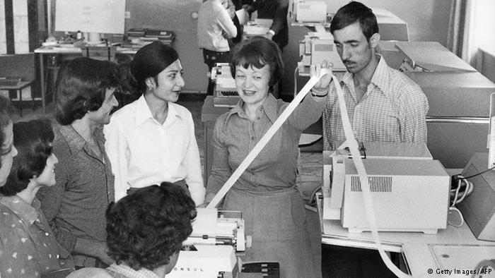 Dalam gambar ini seorang instruktur Soviet terlihat mengajar teknologi komputasi kepada siswa Afghanistan di Institut Politeknik Kabul. Selama 10 tahun pendudukan Soviet di Afghanistan dari 1979 hingga 1989, sejumlah dosen Soviet mengajar di universitas-universitas Afghanistan.